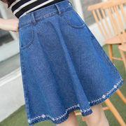 ●裾刺繍デニムスカート :ブルー_H01B8032