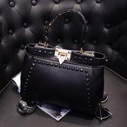 方型リベット飾り付きシンプルな四角形ワンカラー革製レデイースハンドバッグ