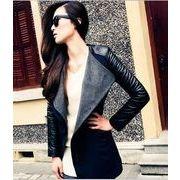 スッキリと着こなせる細身のシルエットが、クールな印象を与えるレザー切り替えジャケット