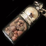 天然石チップ お守り瓶キーホルダー ロードナイト(Rhodonite)