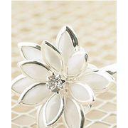 キュート感アップのフラワーリング お花モチーフで繊細なデザイン 指輪 ホワイト 白 AC-113