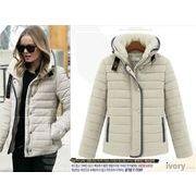 襟裏ボアデザインで、可愛いだけでなく防寒性も抜群のダウンジャケット