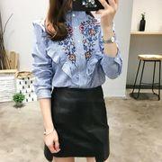 ■花刺繍ストラップ柄フリル立ち襟長袖ブラウス :ライトブルー_H01B9222