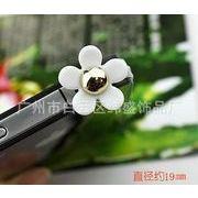 真中に金色の玉が付いた五つの花びらの白い花 シールつきデコ イヤホンジャック スマホ アイフォン6