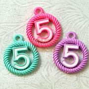 デコパーツ メタルパーツ メタルチャーム カラー数字5 ラウンド