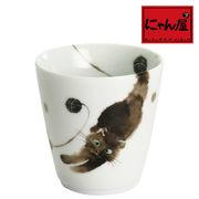 「にゃん屋」★モコ猫カップ黒 背のび(1個箱入り)
