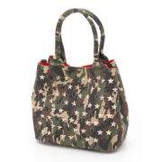 カモフラ柄にスタッズ使いの煌びやかなディテールで、モダンなアクセントが加わったモードなトートバッグ