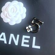 定形外773471】新作 可愛い ♪ カメリア NO5 デザイン ビジュー ブローチピン 椿の花 バラ 薔薇