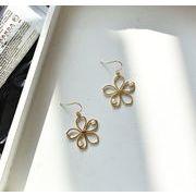 ピアス 透かし彫り 花柄 パール 個性的 幾何 韓国 アクセサリー