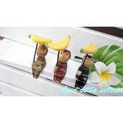 バナナ傘を持った腰掛サルのオブジェ