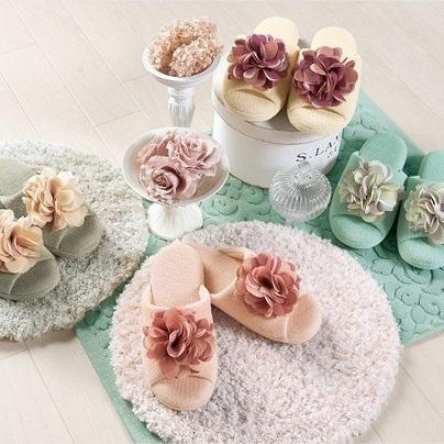 フェミニンスタイルの花モチーフ付きスリッパ 『コンフォ』