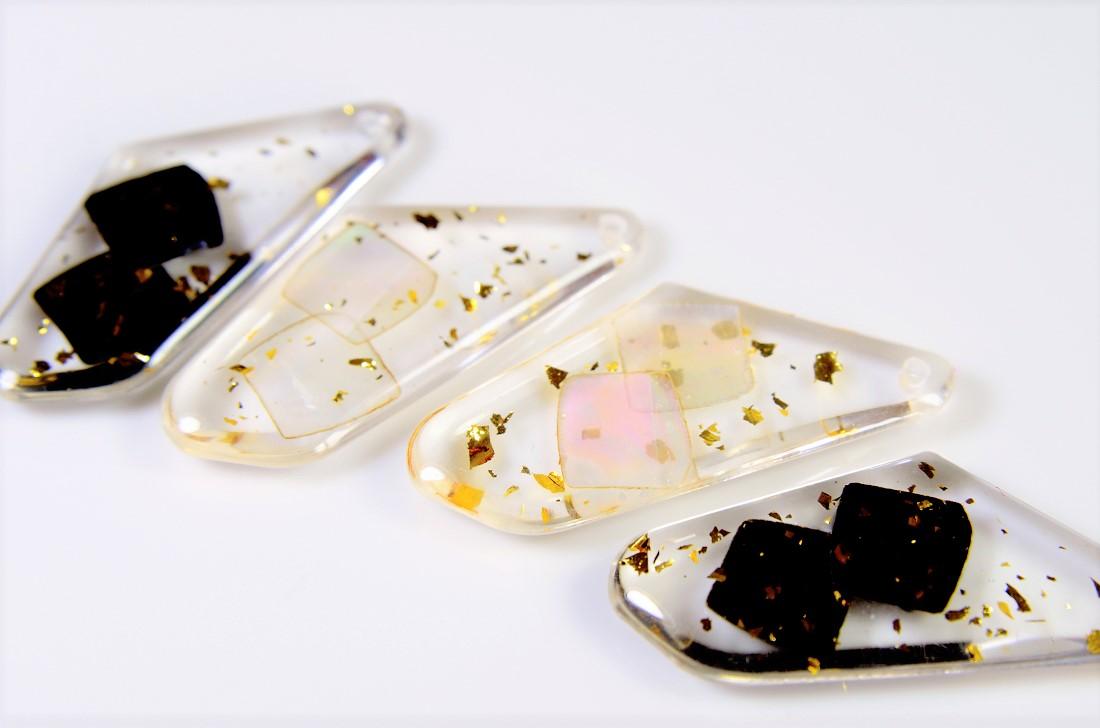 【夏アクセサリー】アクリルに天然シェルと金箔を閉じ込めた夏トレンドパーツ(白と黒)
