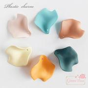 単価19.9円♪マット加工のプラスチックチャーム♪花びら型♪6色♪20個