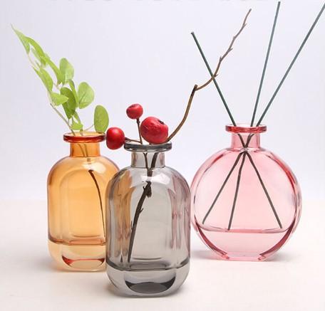 ガラス花瓶のテーブルの上に透明な水で生け花をする小さな花瓶