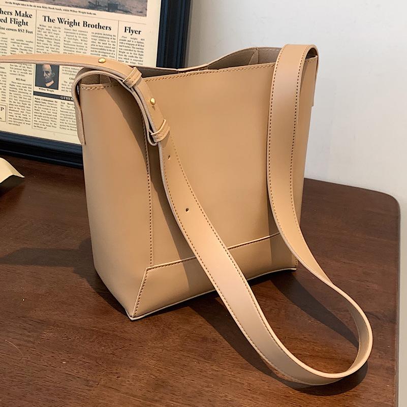 バッグ 鞄 カバン 斜め掛け 肩掛け レディース 秋 CLASSIC 大容量 トレンド 人気